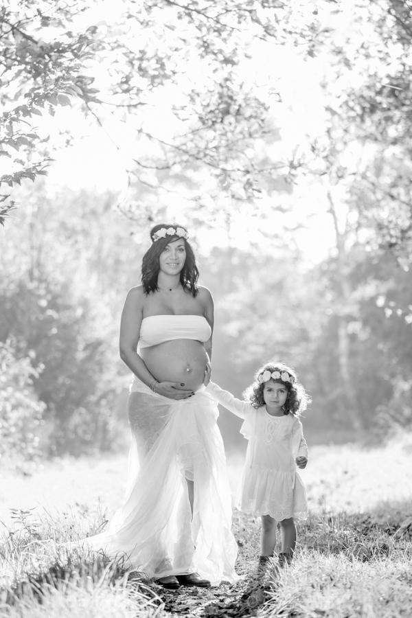 photo femme enceinte en exterieur noir et blanc