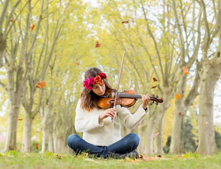 photo en extérieur jeune fille et son violon