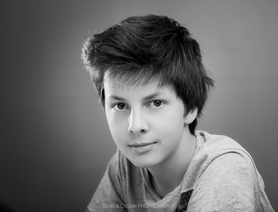 portrait d'adolescent en noir et blanc