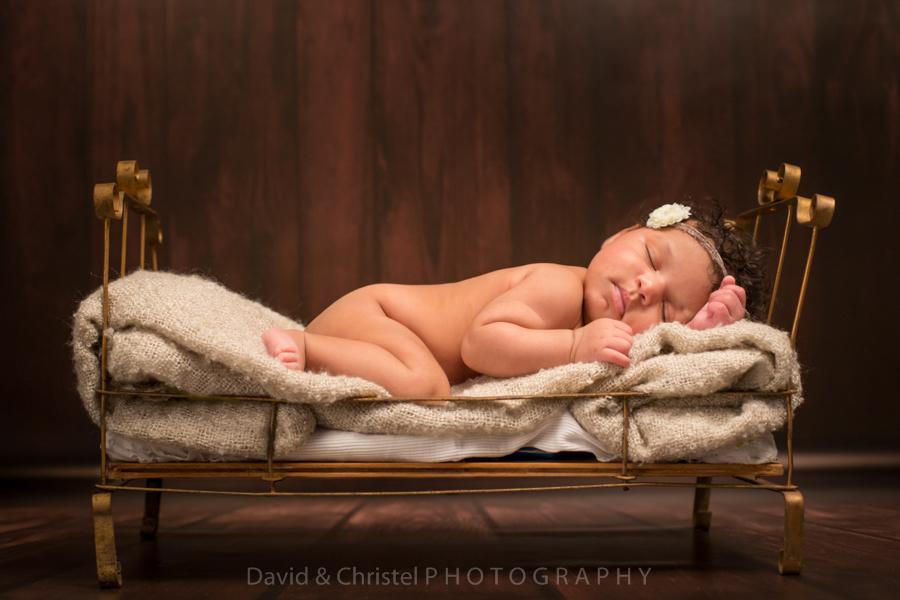 photo artistique de bébé dans petit lit