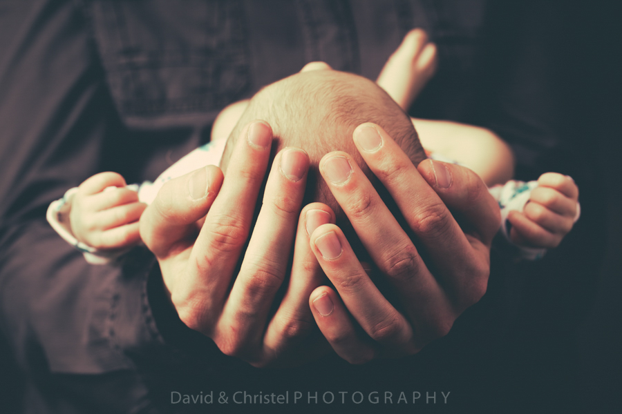 photo bébé dans les mains du papa