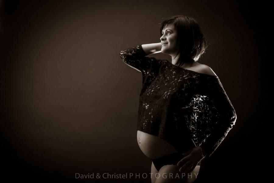 photo artistique de femme enceinte en sepia