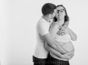 photo de grossesse en couple noir et blanc