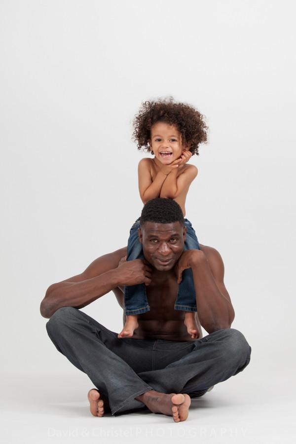 photo d'une père et son fils en studio