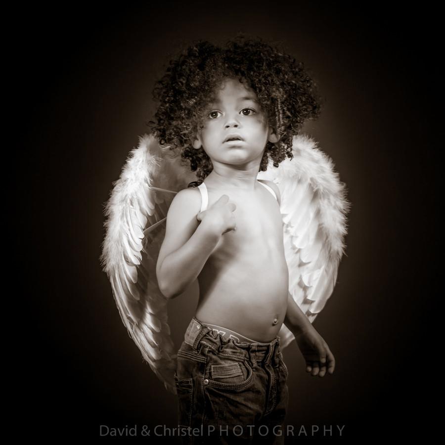 photo d'enfant avec des ailes d'ange