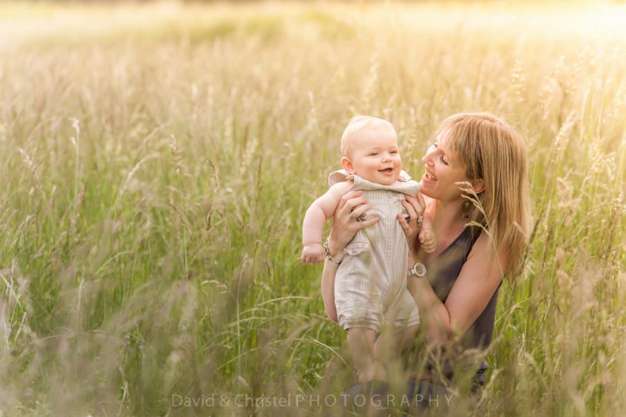 photo mère et fils en extérieur