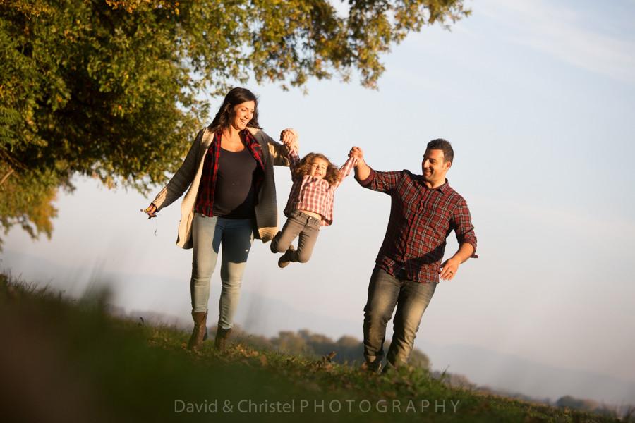 portrait de famille lifestyle en exterieur