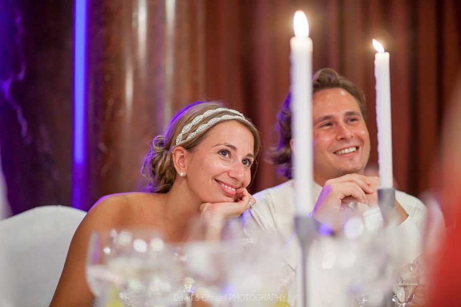 photo des mariés pendant la soirée