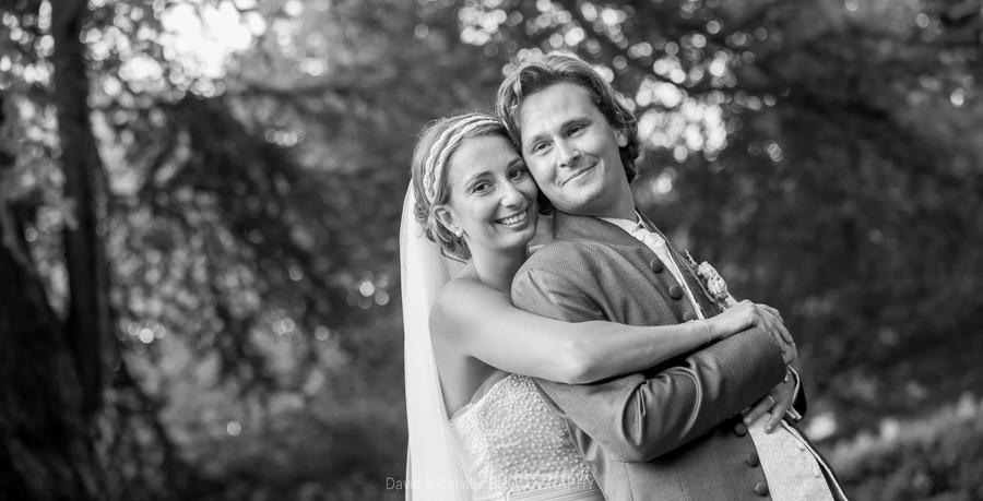 portrait de couple de mariés en noir et blanc