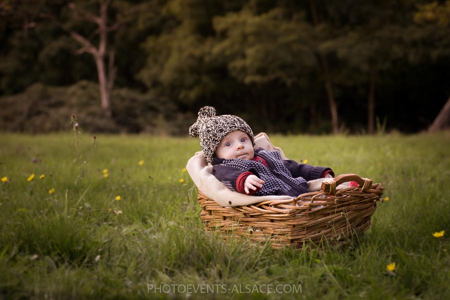 photo bébé dans les champs
