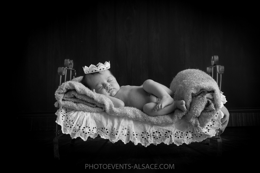 photo bébé dans son lit