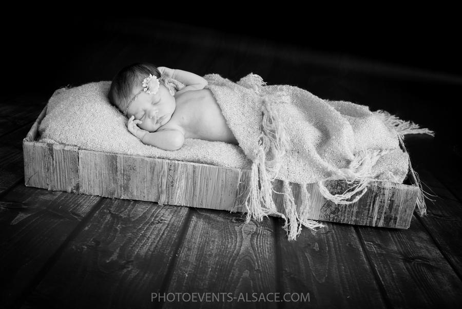 photo de bébé dans son panier en noir et blanc