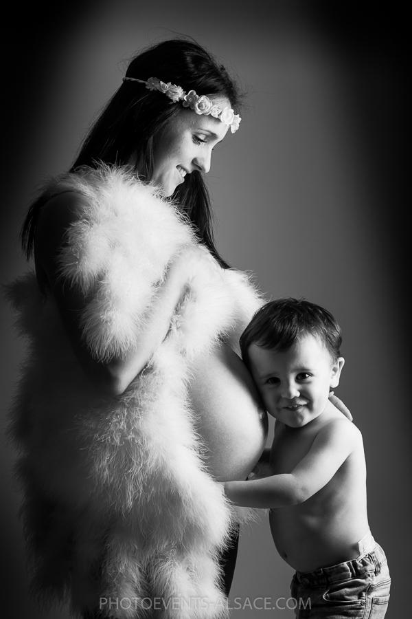 photo femme enceinte et son enfant en noir et blanc