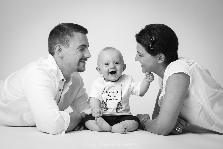 photographie de bebe avec les parents